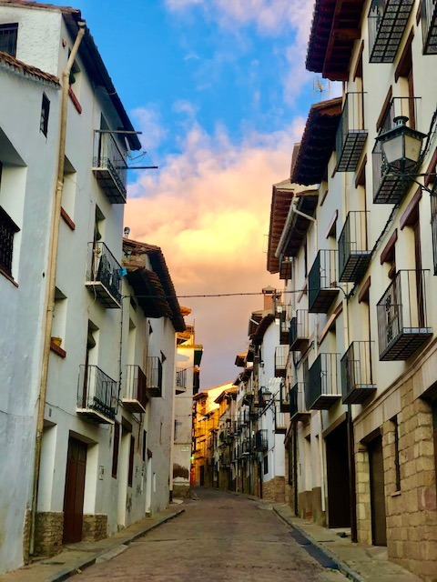 Climbing the mountains around Mora de Rubielos, one of the most beautiful towns in Spain. Los bonitos pueblos del interior de España